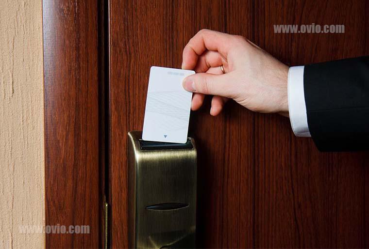 اتاق هتل با سنسور حرکتی و کلید کارتی
